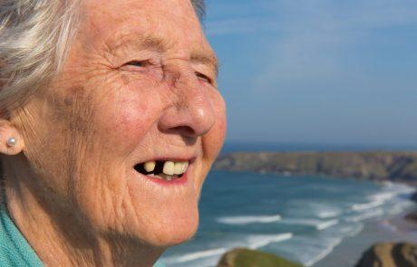 En ældre dame der lider af paradentose