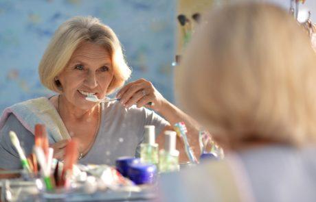 En dame der børste sine tænder, for at beskytte dem mod sygdomme som paradentose